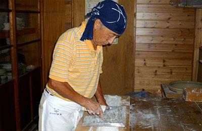 包丁で切って、麺にしてゆきます。